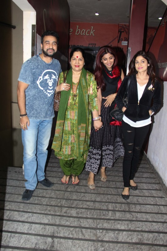 Shilpa Shetty,Shilpa Shetty with family,Shilpa Shetty with family at Juhu,Shilpa Shetty new pics,Shilpa Shetty new images,Shilpa Shetty new photos,Shilpa Shetty new stills,Shilpa Shetty new pictures