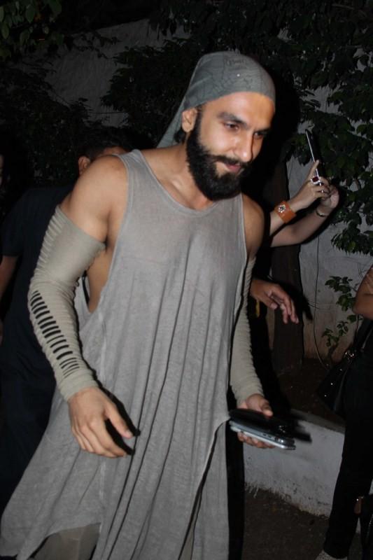 Ranveer Singh,Ranveer Singh at olive bar,actor Ranveer Singh,Ranveer Singh latest pics,Ranveer Singh latest images,Ranveer Singh latest photos,Ranveer Singh latest stills,Ranveer Singh latest pictures