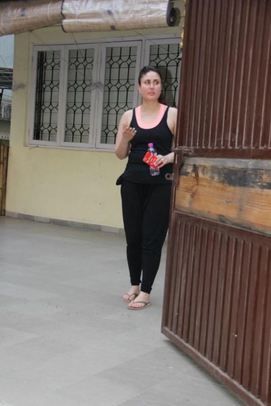 Kareena Kapoor Khan,Kareena Kapoor,actress Kareena Kapoor Khan,actress Kareena Kapoor,Kareena Kapoor Khan spotted at Yoga class in Bandra,Kareena Kapoor spotted at Yoga class in Bandra,Kareena Kapoor at Yoga class,Kareena Kapoor latest pics,Kareena Kapoor