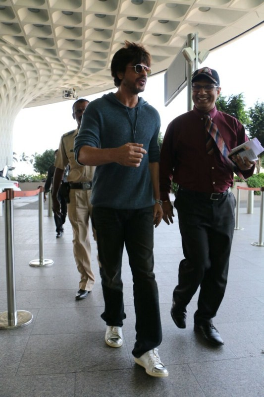 Shah Rukh Khan,SRK,Shahrukh Khan,Shah Rukh Khan at Airport,Shah Rukh Khan pics,Shah Rukh Khan images,Shah Rukh Khan photos,Shah Rukh Khan stills,Shah Rukh Khan pictures