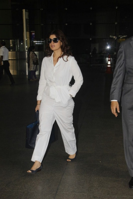 Twinkle Khanna,Shruti Haasan,Twinkle Khanna at Mumbai airport,Shruti Haasan at Mumbai airport,Shruti Haasan latest pics,Shruti Haasan latest images,Shruti Haasan latest photos,Shruti Haasan latest pictures