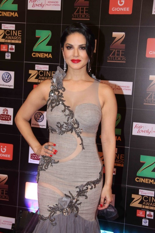 Sunny Leone,Vidya Balan,Sunny Leone at Zee Cine Awards 2017,Vidya Balan at Zee Cine Awards 2017,Sunny Leone at Zee Cine Awards,Vidya Balan at Zee Cine Awards,Fair and Lovely Zee Cine Awards 2017,Zee Cine Awards 2017,Zee Cine Awards,Zee Cine Awards pics,Ze