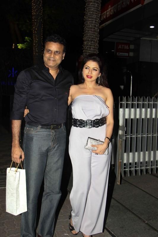 Bhagyashree,actress Bhagyashree,Bhagyashree with her husband,Bhagyashree at Bandra,Bhagyashree pics,Bhagyashree images,Bhagyashree photos,Bhagyashree stills,Bhagyashree pictures