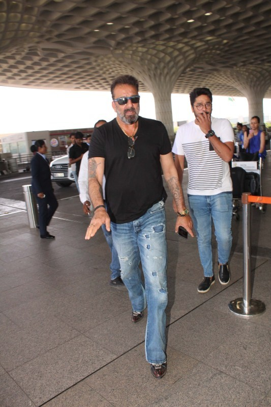 Sanjay Dutt,actor Sanjay Dutt,Sanjay Dutt pics,Sanjay Dutt images,Sanjay Dutt stills,Sanjay Dutt pictures,Sanjay Dutt new pics,Sanjay Dutt at Airport