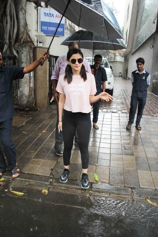 Alia Bhatt,actress Alia Bhatt,bollywood actress Alia Bhatt,Alia Bhatt spotted at Vishesh Films,Vishesh Films