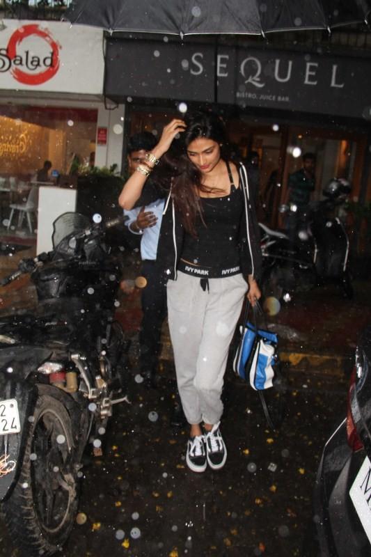 Athiya Shetty,Athiya Shetty spotted at Bandra,Athiya Shetty at Bandra,Athiya Shetty new pics,Athiya Shetty new images,Athiya Shetty new stills,Athiya Shetty new photos,Athiya Shetty new pictures