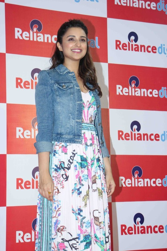 Parineeti Chopra,Parineeti Chopra at Reliance Digital store,Reliance Digital store,Parineeti Chopra latest pics,Parineeti Chopra latest images,Parineeti Chopra latest stills,Parineeti Chopra latest pictures,Parineeti Chopra latest photos