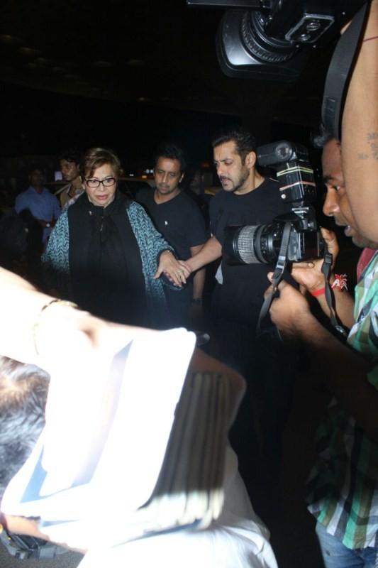 Salman Khan with Mom Helen,Salman Khan,actor Salman Khan,IIFA 2017,Salman Khan at IIFA 2017,Salman Khan at IIFA,Helen,Salman mother Helen