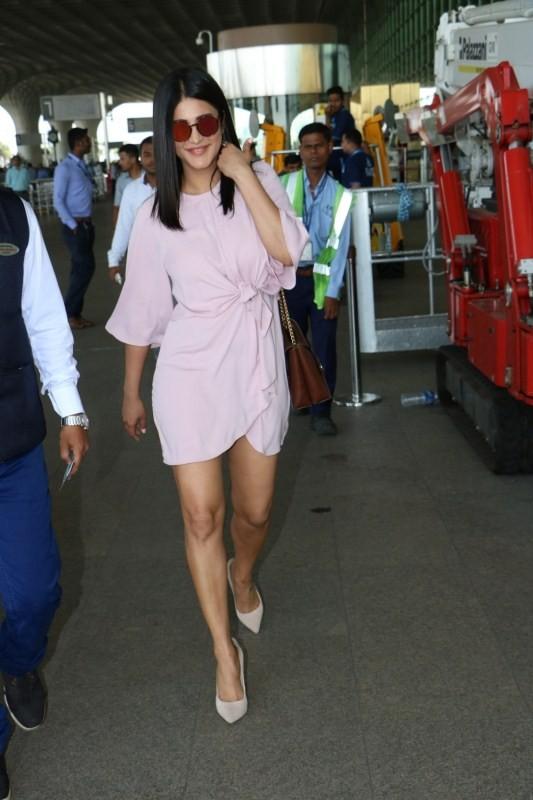 Shruti Haasan,actress Shruti Haasan,south indian actress Shruti Haasan,Shruti Haasan spotted at airport,Shruti Haasan at airport,Shruti Haasan snapped at airport