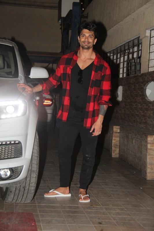 Karan Singh Grover,actor Karan Singh Grover,Karan Singh Grover at Bandra,Karan Singh Grover spotted at Bandra