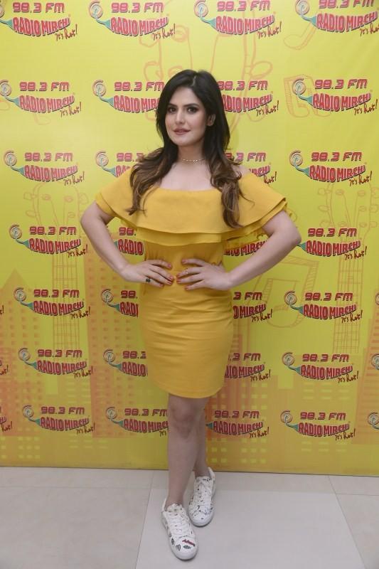 Zarine Khan,actress Zarine Khan,Zarine Khan promotes Aksar 2,Aksar 2,Aksar 2 promotion,Aksar 2 movie promotion,Aksar 2 at Radio Mirchi,Zarine Khan at Radio Mirchi