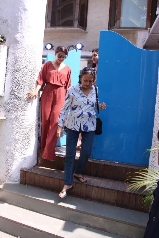 Kajal with mother,Kajal,actress Kajal,Kajal pics,Kajal images,Kajal photos,Kajal stills,Kajal pictures,Kajal at Bandra,Kajal spotted at Bandra