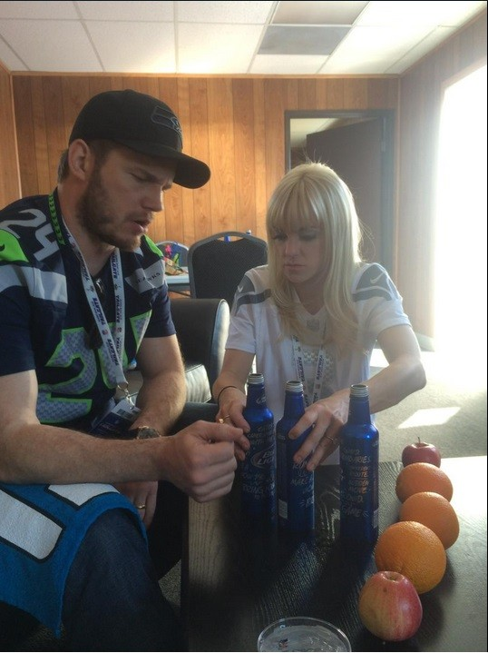 Chris Pratt discusses football strategies with Anna Faris