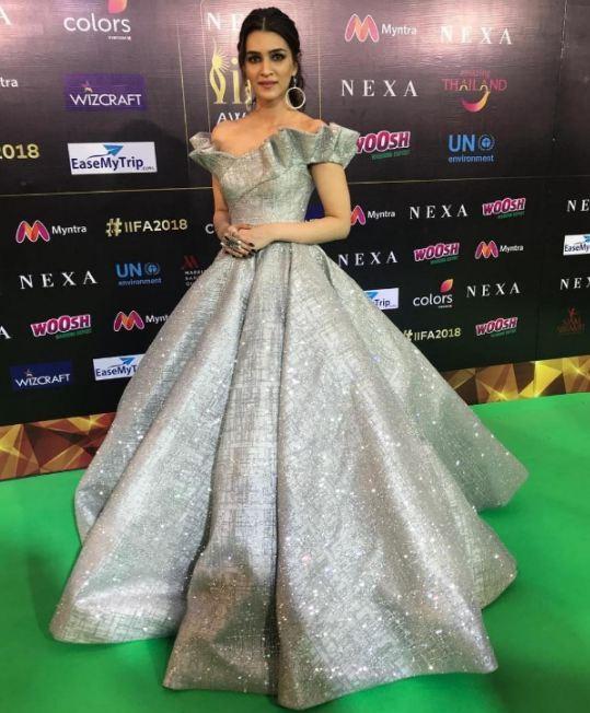 IIFA 2018 awards,IIFA 2018 awards red carpet,IIFA Awards,Kriti Sanon,actress Kriti Sanon,Kriti Sanon at IIFA Awards,Kriti Sanon in metallic gown