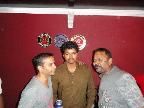 Vijay spotted Drunk,vijay,ilayathalapathy vijay,Premji Amaren Birthday Party,Premji Amaren Birthday celebration,actor vijay drunked,venkat,shiva,vijay drunked,Premgi Amaren