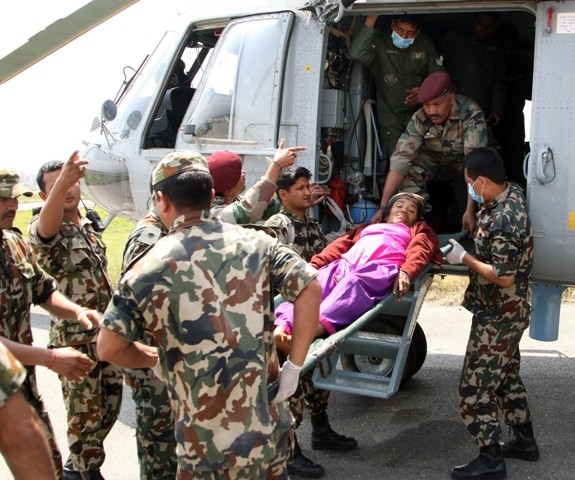 Casualties brought from Lamabagar to Kathmandu by an Indian Air Force (IAF) Mi-17 V5, being received by the Indian Paramedical team in Nepal.