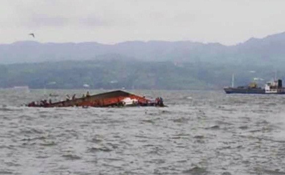 Boat capsizes in Philippines