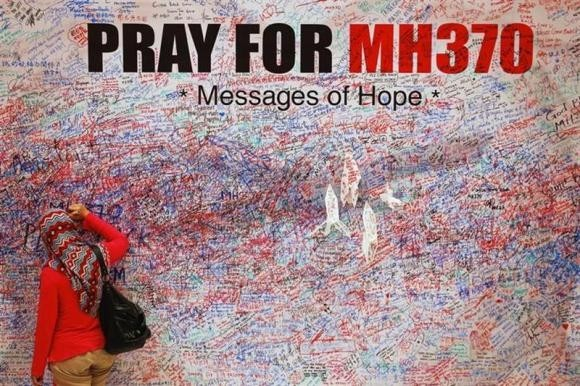 A woman who was flying in another flight has claimed that she saw the missing Malaysian Airlines plane MH370 sinking near Andaman Islands