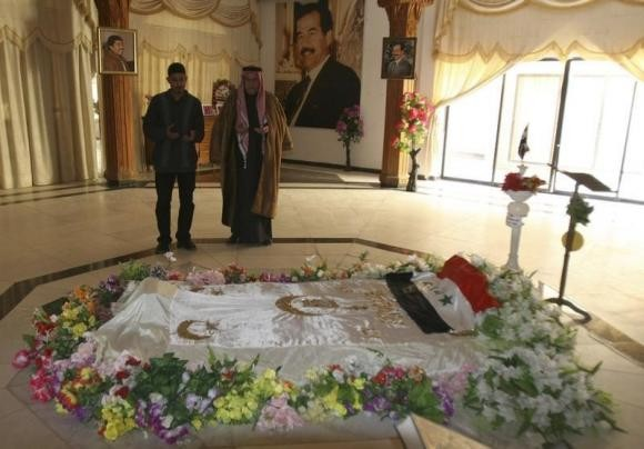 Residents pray at the tomb of executed former Iraqi President Saddam Hussein,which now have destroyed.