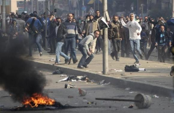 Supporters of Muslim Brotherhood and ousted Egyptian President Mohamed Mursi clash with riot police during clashes at Nasr City district in Cairo, January 3, 2014.