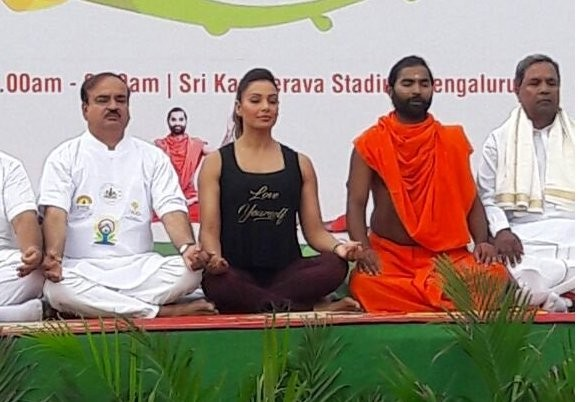 Yoga Day celebrations,Bipasha Basu joins Siddaramaiah,Bipasha Basu,Siddaramaiah,Bipasha Basu and Siddaramaiah,Siddaramaiah and Bipasha Basu,Bipasha Basu yoga,yoga celebrations,yoga celebration pics,yoga celebration images,yoga celebration photos,yoga cele
