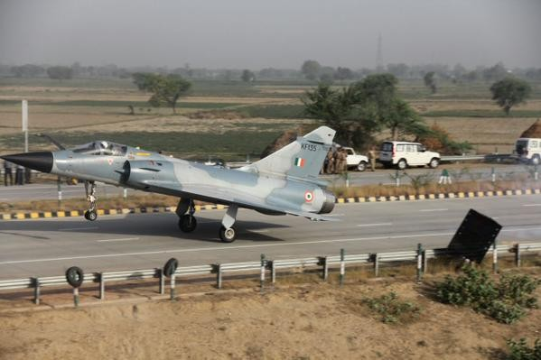Mirage 2000,Mirage 2000 Fighter Jet,Yamuna Expressway,Indian Air Force (IAF),Indian Air Force,fighter jet,Fighter jet lands on expressway,Indian Air Force Mirage
