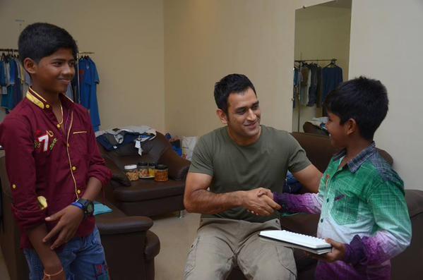 MS Dhoni meets Kaaka Muttai kids in Mumbai,MS Dhoni,Kaaka Muttai kids,Kaaka Muttai,Mahendra Singh Dhoni,Dhoni