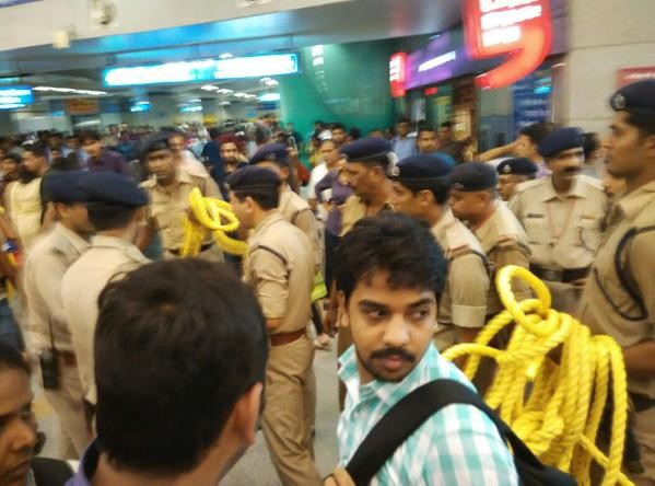 Delhi Metro,Delhi Metro stuck,Delhi Metro stuck near East Delhi,Delhi Metro train,Metro train,Yamuna Bank Station,Laxmi Nagar station