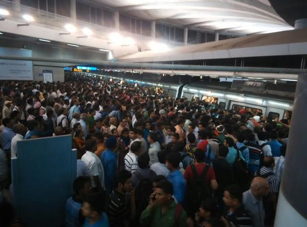 Delhi Metro,Delhi Metro stuck,Delhi Metro stuck near East Delhi,Delhi Metro train,Metro train,Yamuna Bank Station,Laxmi Nagar station