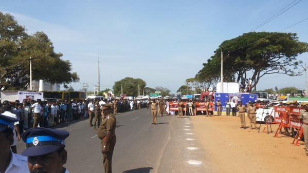 Thousands of people throng Kalam's Rameswaram house for his last glimpse,Dr APJ Kalam in Rameshwaram,Rameshwaram,APJ Abdul Kalam's body flown to Rameswaram,abdul kalam funeral,abdul kalam funeral pics,abdul kalam funeral images,Abdul Kalam'