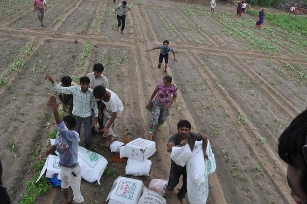 Gujarat Flood,Gujarat Flood: Food packets being dropped by Helicopters,North Gujarat Flood,Food packets,Food packets dropped by Helicopters