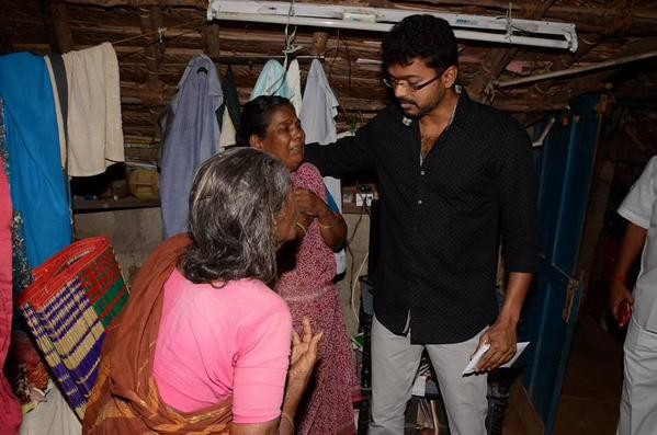 Ilayathalapathy Vijay,Ilayathalapathy,Vijay,actor Ilayathalapathy Vijay,actor Vijay,puli,phli hero vijay,Puli hero Ilayathalapathy Vijay visits his deceased fans houses,Soundarajan,UdhayaKumar