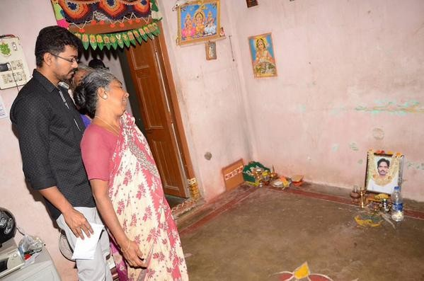 Puli hero Ilayathalapathy Vijay visits his deceased fans houses