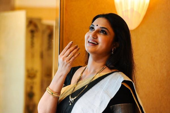 Mahesh Babu,Koratala Siva movie,sukanya,mahesh babu and sukanya,Srimanthudu,Srimanthudu movie stills,mahesh babu in Srimanthudu,telugu movie Srimanthudu,Mahesh Babu pics,Mahesh Babu latest pics,prince Mahesh Babu