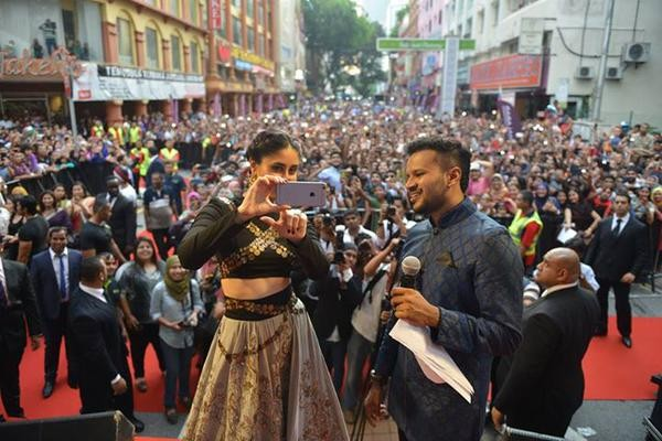 Kareena Kapoor inaugurates Malabar Gold in Kuala Lumpur,Kareena Kapoor,actress Kareena Kapoor,Kareena Kapoor Khan,Malabar Gold,Malabar Gold in Kuala Lumpur,Kareena Kapoor's Malabar Gold,Malabar gold and diamonds,Kareena Kapoor pics,Kareena Kapoor images,K