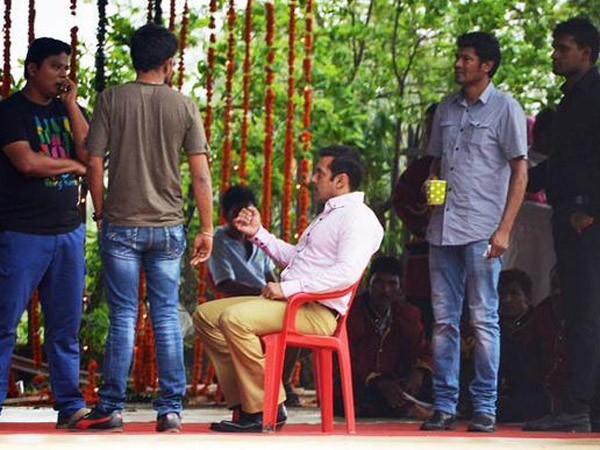 Salman Khan,Salman Khan's new look for Prem Ratan Dhan Payo,Prem Ratan Dhan Payo,Salman Khan in Prem Ratan Dhan Payo,Prem Ratan Dhan Payo song,Prem Ratan Dhan Payo movie,Prem Ratan Dhan Payo on the sets,prem ratan dhan payo photo leaked