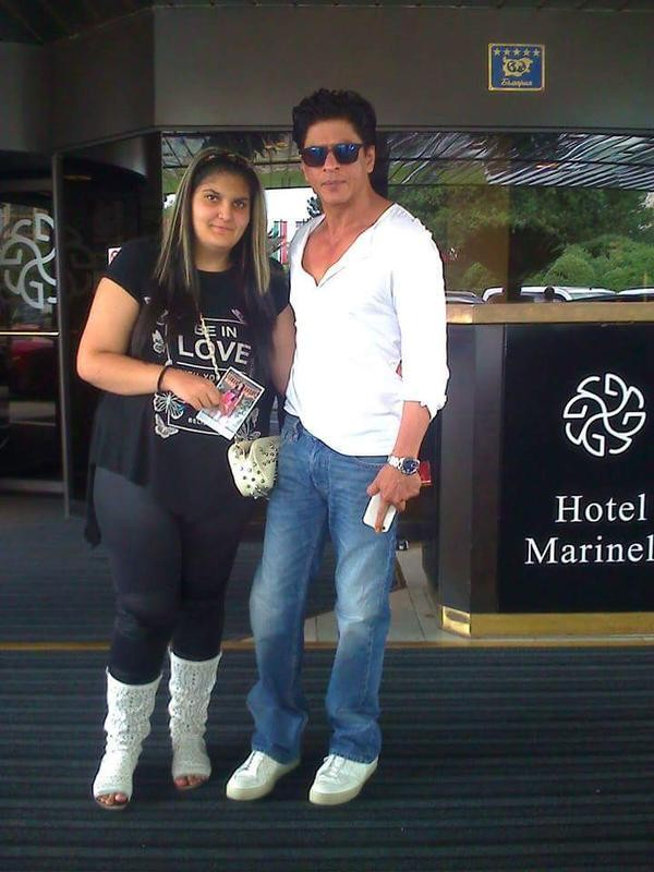 Shah Rukh Khan,actor Shah Rukh Khan,SRK,Shah Rukh Khan meets a fan on sets of Dilwale Movie,Dilwale,Dilwale Movie,Shah Rukh Khan meets a fan,Dilwale on the sets,Shah Rukh Khan latest pics,Shah Rukh Khan latest images,Shah Rukh Khan latest photos,Shah Rukh