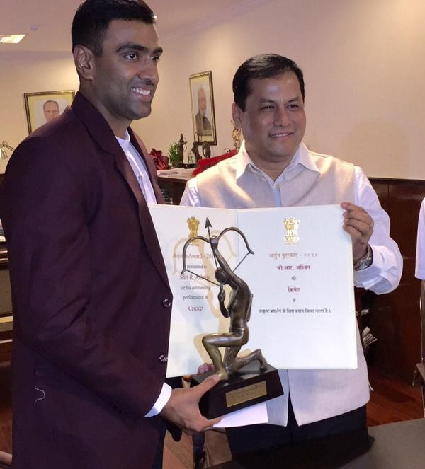 Ashwin Ravichandran,Ashwin Ravichandran receives Arjuna Award,Arjuna Award 2014,cricket player Ashwin Ravichandran,Ravichandran Ashwin gets Arjuna Award,Arjuna Award pics,Arjuna Award images,Ashwin