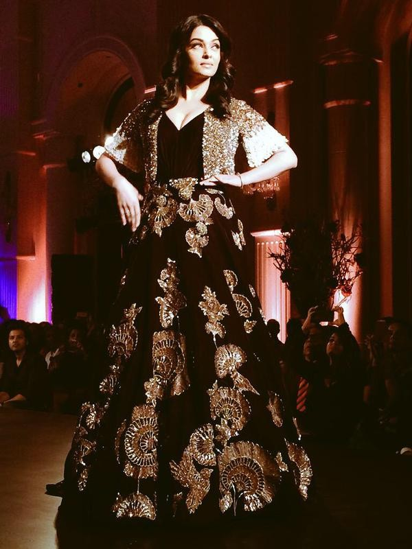 Aishwarya Rai Bachchan,Aishwarya Rai,Aishwarya Rai Bachchan walks for Manish Malhotra at Amazon India Couture Week 2015,Aishwarya Rai at Manish Malhotra,Amazon India Couture Week 2015,Manish Malhotra fashion event,Manish Malhotra,actress Aishwarya Rai Bac