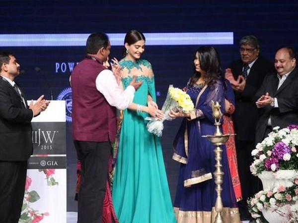 Sonam Kapoor,Actress Sonam Kapoor,Sonam Kapoor at IIJW 2015 Inauguration Ceremony,Sonam Kapoor at IIJW 2015,IIJW 2015,Sonam Kapoor latest pics,Sonam Kapoor latest images,Sonam Kapoor latest photos,Sonam Kapoor latest stills,Sonam Kapoor latest pictures
