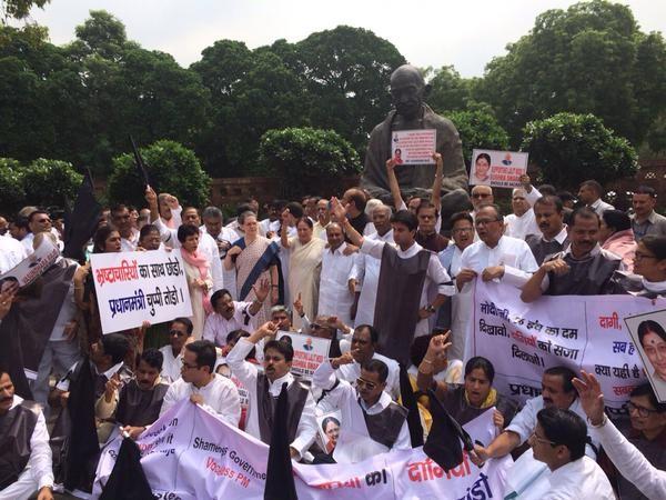 Sonia Gandhi, Rahul Gandhi lead Congress MPs' protest in Parliament,sonia Gandhi,Rahul Gandhi,Congress MPs' protest in Parliament,Parliament,dharna at Gandhi Statue