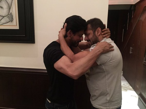 Salman Khan,SRK,Salman Khan wished Shah Rukh Khan,Shah Rukh Khan,Salman Khan hugs Shah Rukh Khan,Salman Khan hugs SRK,Salman,SRK 50th birthday Celebration,Shah Rukh Khan 50th birthday Celebration