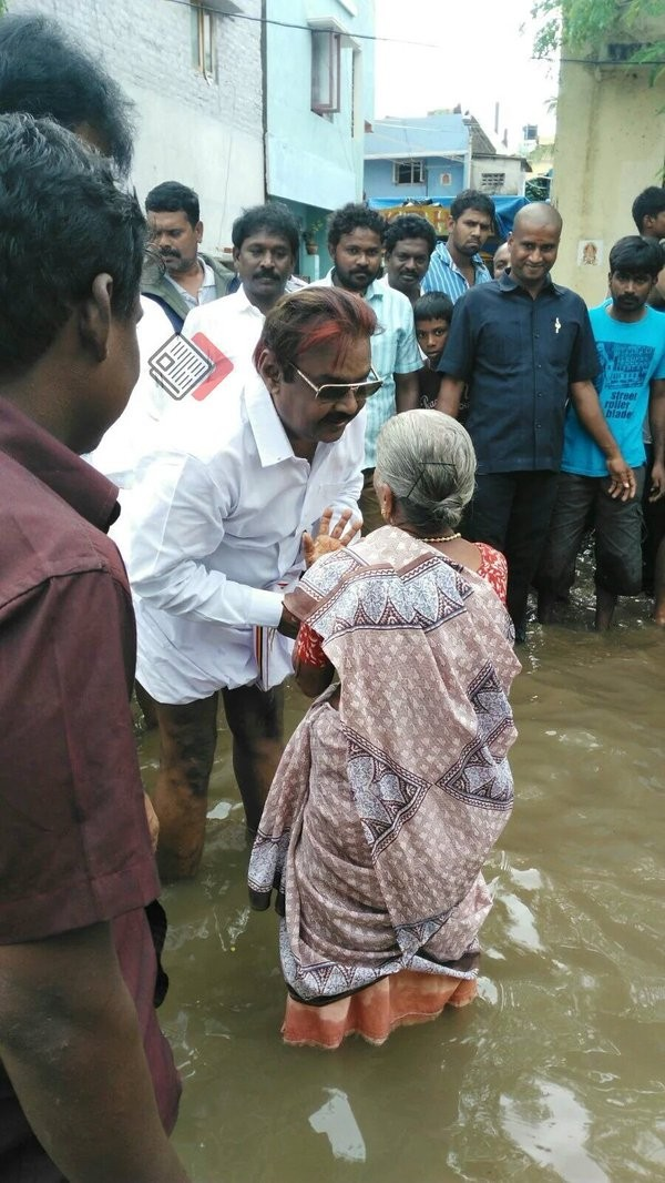 Vijayakanth,Vijayakanth meets rain affected victims in Chennai,DMDK leader Vijayakanth,heavyrain in chennai,Chennai affected victims,Chennai rain