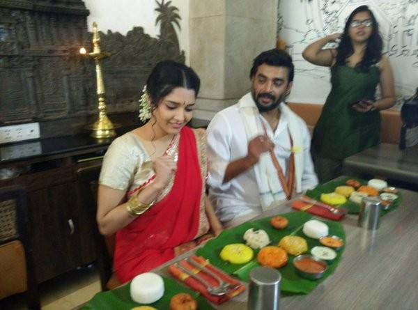 Team Saala Khadoos celebrates Pongal,Madhavan Celebrates Pongal festival,Ritika Singh Celebrate Pongal festival,Pongal 2016,Ritika Singh and Raju Hirani Celebrate Pongal festival,Pongal celebration