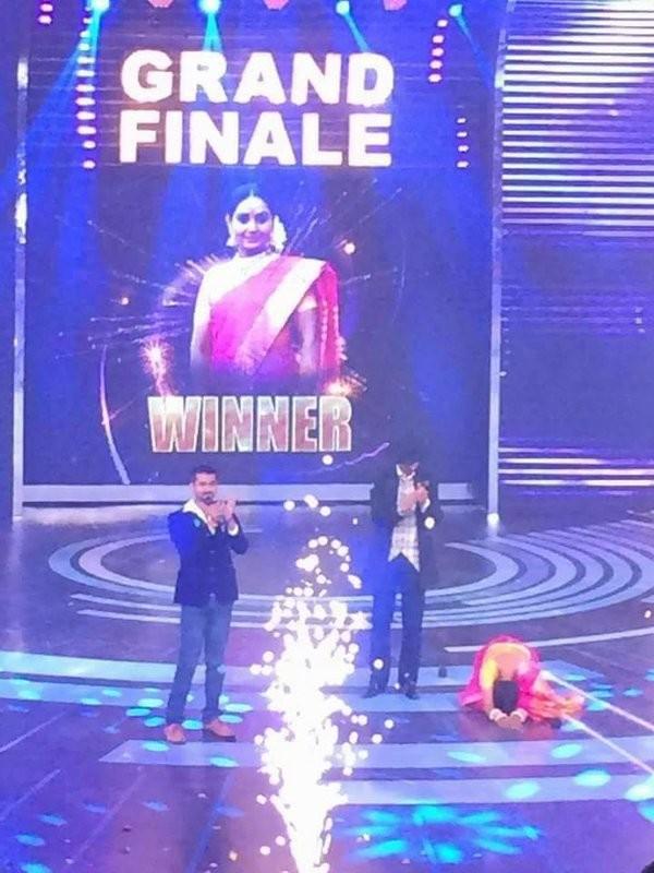 Bigg Boss 3 Kannada,Bigg Boss 3 Kannada grand finale,Bigg Boss 3 Kannada winner,actress Shruthi,actress Shruti,Shruthi wins Bigg Boss 3 Kannada trophy,Chandan,Master Anand,Pooja Gandhi,Rehman