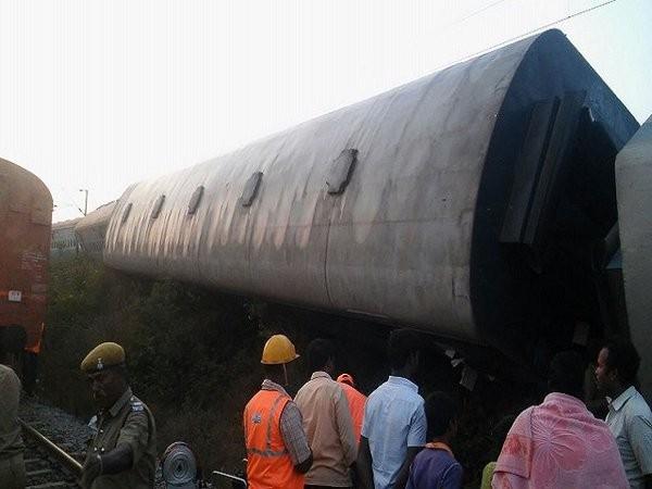 Train derails near Vellore,train derails,Kanyakumari-Bangalore,Kanyakumari-Bangalore Island Express,4 Coaches Of Island Express Derail,Kanyakumari-Bengaluru train derails