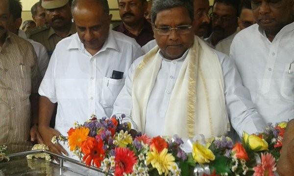 Siddaramaiah,Javare Gowda,De Ja Gow,Siddaramaiah pays last respect to Javare Gowda (De Ja Gow),Siddaramaiah pays last respect to Javare Gowda