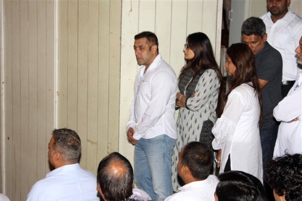 salman khan dreaks down at rajjat barjatya 39 s prayer meet photos images gallery 45362. Black Bedroom Furniture Sets. Home Design Ideas
