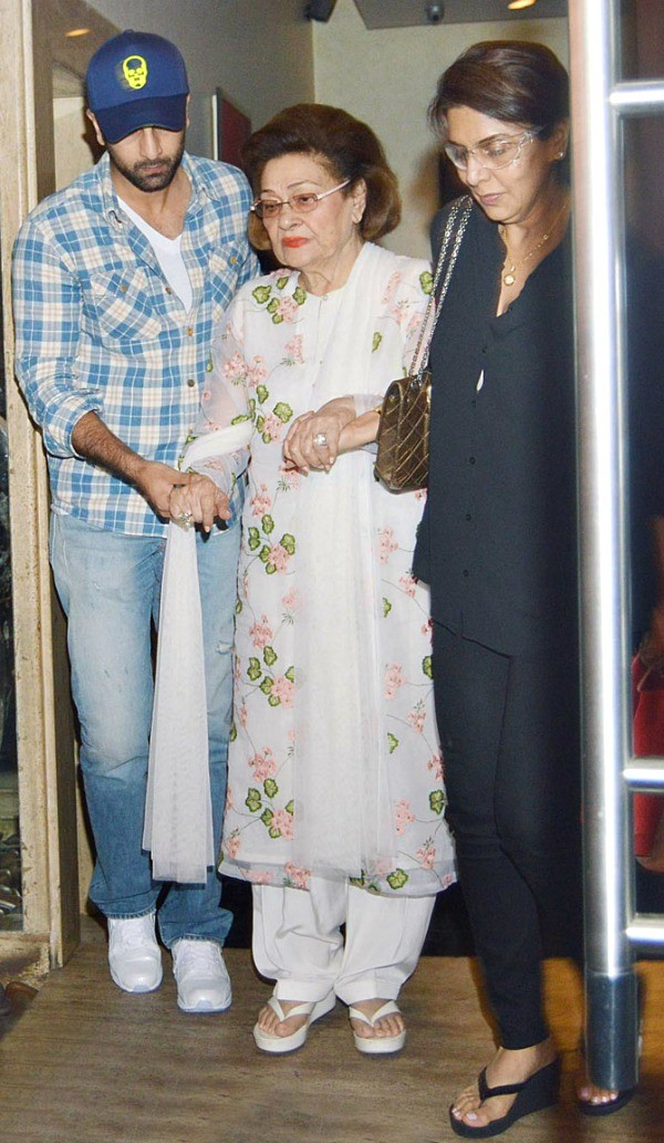 Ranbir Kapoor And Katrina Kaif Dine With Kapoor Family,Ranbir Kapoor,actor Ranbir Kapoor,Katrina Kaif,actress Katrina Kaif,Ranbir Kapoor And Katrina Kaif,Kapoor Family,bollywood couple