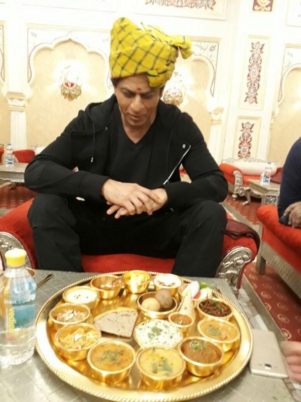 Shah Rukh Khan,Shahrukh Khan,Shah Rukh Khan relishes Rajasthani Thali,Shah Rukh Khan eats Rajasthani Thali,Shah Rukh Khan eats Thali,Rajasthani Thali in Jaipur,Rajasthani Thali